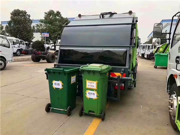 压缩垃圾车还可以这样做——一车可挂载240L方形垃圾桶、240L铁桶和660L垃圾桶